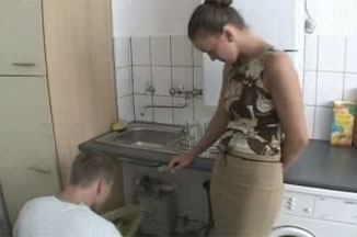 El fontanero desatrancando el culo a la recien casada